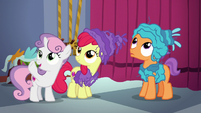 Sweetie Belle signaling Scootaloo S6E4