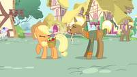 Trenderhoof eats an apple S4E13
