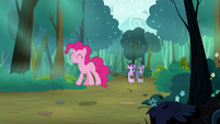 Pinkie Pie hops happily down the road S7E4