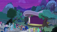 Ponies filling the audience seats S8E7