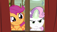 Sweetie Belle concentrating her magic S5E6