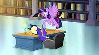 Twilight dodging a bat book S5E13