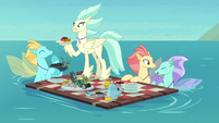 Hippogriffs and seaponies share food on the water S8E6