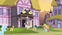 Ponies entering the theater S4E19