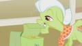 Granny Smith closing bag S01E07.png