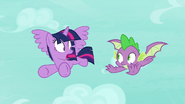 S08E11 Twilight zaskoczona widokiem skrzydlatego Spike'a