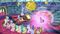 Twilight glowing in front of her students S8E2