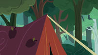 Applejack's tent being raised S7E16