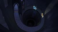Applejack e Rainbow em uma escada espiral T4E03
