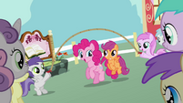 Pinkie Pie Scootaloo skipping S2E18