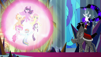Sombra unable to break the ponies' magic S9E2