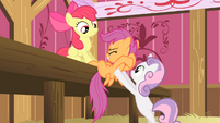 Sweetie Belle helping Scootaloo out S4E05