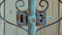 Gate lock telekinetically being unlocked S7E25