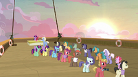 Long line of cruise ponies waiting for autographs S7E22