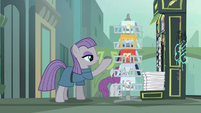 Maud Pie showing Boulder some postcards S6E3