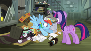 S04E04 Rainbow leży na kupie śmieci
