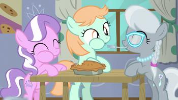 S06E04 Diamond Tiara, Silver Spoon i Peach Fuzz jedzą ciasto