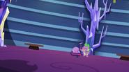 S9E26 Spike przytula zrozpaczoną Twilight