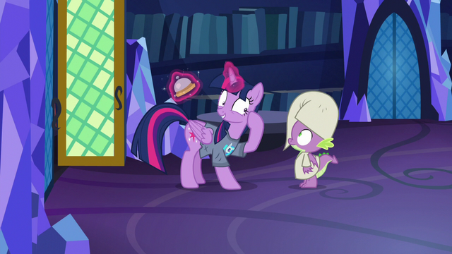 File:Twilight pointing at her brain S9E16.png