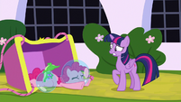 Pinkie and Gummy fall out of the balloon S9E4