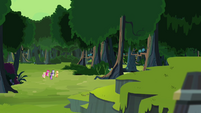 Ponies approaching the Fortress of Talicon S4E04