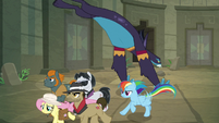 Ponies run away as Ahuizotl pounces S9E21