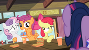S04E15 Scootaloo pozuje ku niezadowoleniu Apple Bloom