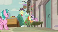 Sweetie Belle shushing Apple Bloom S7E8