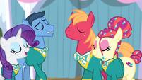 The Ponytones harmonizing S4E14