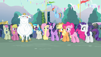 Everyone looking at Pinkie Pie S4E13