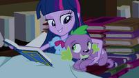 Twilight abraçando Spike na cama de livros EG