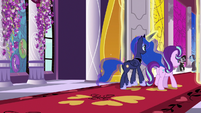 Luna and Starlight approaching the mayors S7E10