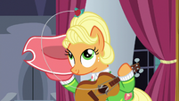 Medal lands in Apple Chord's mane S9E4