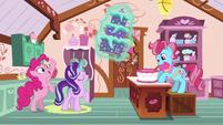 Starlight presents a cake to Mrs. Cake S6E6