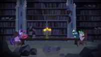 Twilight Sparkle e Spike pesquisando T4E03