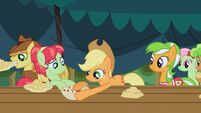 S03E09 Applejack uczy kuzynkę jak lepić jabłka w cieście