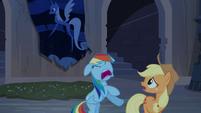 S04E03 Rainbow Dash i Applejack rzucają się do ucieczki