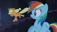 Applejack desce correndo as escadas T4E03