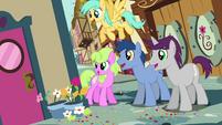Crowd of ponies looking around corner S4E12