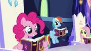 Pinkie Pie leyendo su entrada de El Orgullo de Pinkie T7E14