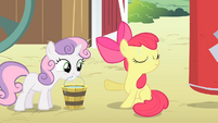 Apple Bloom rejecting a bucket of water from Sweetie Belle S4E05