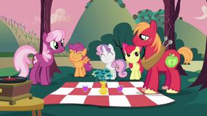 Cheerilee e Big Mac com as CMC ne piquenique T2E17