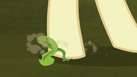 Hooffield mare steps on a plant sprout S5E23