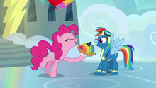 Pinkie Pie presents Rainbow with blueberry pie S7E23