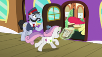 Sweetie Belle racing onto the train S9E22