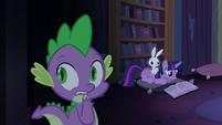 Twilight lendo e Spike assustado T4E03