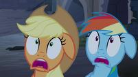 Applejack e Rainbow Dash assustadas T4E03