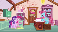 Mrs. Cake frosting a cake S6E6