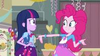 Pinkie Pie falando sobre o Baile EG