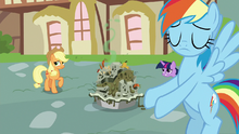 Rainbow Dash presents a poorly-made pie S7E23